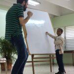 Alumno Señalando un País