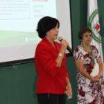 Mujer Chaqueta Roja Impartiendo Conferencia